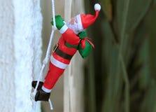 Santa που αναρριχείται στην καπνοδόχο Στοκ Φωτογραφίες