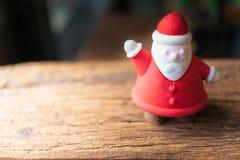 Santa που γίνεται από το ψωμί στον ξύλινο πίνακα στοκ εικόνες