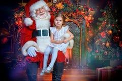 Santa που κρατά ένα κορίτσι στοκ φωτογραφίες