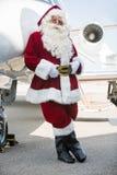 Santa που κλίνει στο ιδιωτικό αεριωθούμενο αεροπλάνο στο τερματικό αερολιμένων Στοκ φωτογραφίες με δικαίωμα ελεύθερης χρήσης