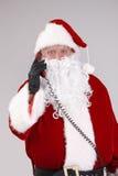Santa που μιλά στο τηλέφωνο που εξετάζει τη φωτογραφική μηχανή Στοκ φωτογραφία με δικαίωμα ελεύθερης χρήσης