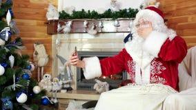 Santa που μιλά μέσω του skype, Άγιος Βασίλης που χρησιμοποιεί τη συσκευή, διακοσμημένο χριστουγεννιάτικο δέντρο, που στέλνει τα ε απόθεμα βίντεο