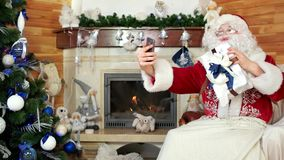 Santa που παίρνει τη φωτογραφία με το παρόν, μπαμπάς noel που θέτει για το selfie, δωμάτιο με την εστία, Άγιος Βασίλης φιλμ μικρού μήκους
