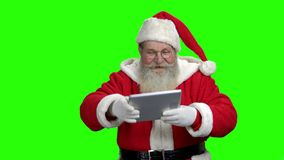 Santa που παρουσιάζει ταμπλέτα PC με την κενή οθόνη απόθεμα βίντεο