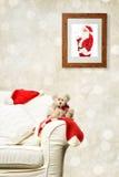 Santa που προσέχει Teddy Στοκ φωτογραφίες με δικαίωμα ελεύθερης χρήσης