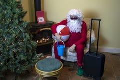 Santa που συσκευάζεται για παραθαλάσσιες διακοπές μετά από τα Χριστούγεννα στοκ εικόνα με δικαίωμα ελεύθερης χρήσης