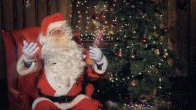 Santa που χορεύει έχοντας τη διασκέδαση σε μια γιορτή Χριστουγέννων φιλμ μικρού μήκους