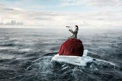 Santa που ψάχνει τον τρόπο Μικτά μέσα Στοκ φωτογραφία με δικαίωμα ελεύθερης χρήσης