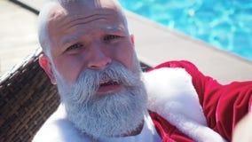 Santa προσπαθεί στην αναψυχή στην πισίνα φιλμ μικρού μήκους