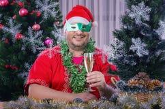 Santa στην τοποθέτηση μασκών ντόμινο στο υπόβαθρο Χριστουγέννων στοκ εικόνες με δικαίωμα ελεύθερης χρήσης