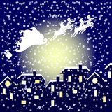 Santa στο έλκηθρό του που πετά πέρα από την πόλη Στοκ Εικόνες