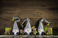 Santa τρία με τα κόκκινα καπέλα πιλήματος και το πράσινο μήλου χριστουγεννιάτικο δώρο Στοκ φωτογραφίες με δικαίωμα ελεύθερης χρήσης