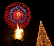 Santa φω'των παραμονής πυροτεχνημάτων χριστουγεννιάτικων δέντρων Στοκ φωτογραφία με δικαίωμα ελεύθερης χρήσης