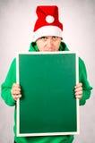 Πορτρέτο του υ ατόμου που φορά το καπέλο santa στο σκοτεινό κλίμα Στοκ φωτογραφία με δικαίωμα ελεύθερης χρήσης
