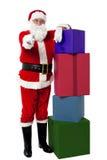 Santa aînée de sourire posant près de la pile colorée Photographie stock libre de droits