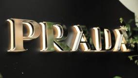 Santa Agnes de Malanyanes, Barcelona, Espanha - 19 de maio de 2018: Logo Logotype Sign Of Prada na parede da loja Prada é filme