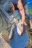 Santa Ana Ekwador, Maj, - 07, 2017: Zbliżenie niezidentyfikowany szaman zarzyna armadyla dla lunchu używać nóż Zdjęcia Stock