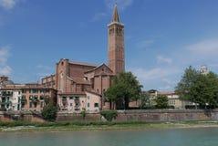 Santa Anastasia i Verona över den adige floden arkivbilder