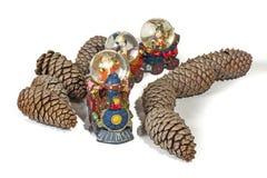 Santa Arriving por los conos de Toy Train Through Dry Pine imagen de archivo libre de regalías