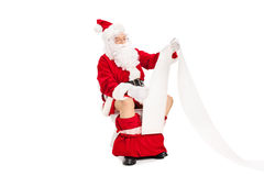 Santa a assis sur la toilette et lire un papier Photographie stock libre de droits