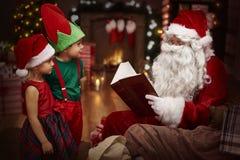 Santa avec des gosses Photographie stock libre de droits