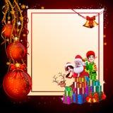 Santa avec la fille, les elfes et beaucoup de cadeaux Photographie stock libre de droits