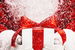 Santa avec le cadeau Images stock