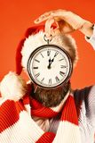 Santa avec le chapeau et l'écharpe rouges Temps laissé aux vacances images stock