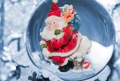 Santa avec le sac sur le toit Image libre de droits