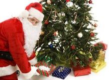 Santa bajo el árbol Foto de archivo libre de regalías