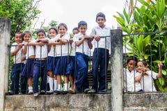 SANTA BARBARA-AFDELING, HONDURAS - APRIL 19, 2016: Kinderen in schooluniformen in een klein dorp in Santa Barbara stock afbeeldingen