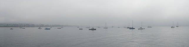Santa Barbara Boats på mulen dag Arkivbild