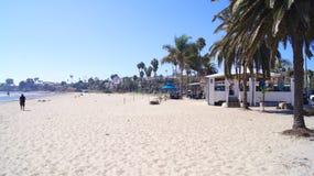 SANTA BARBARA, CALIFÓRNIA, EUA - 8 de outubro de 2014: praia de Leadbetter da cidade com um forro do cruzeiro Fotografia de Stock Royalty Free
