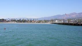 SANTA BARBARA, CALIFORNIË, de V.S. - OCT achtste, 2014: Mening van palmen op de kust en bergen van de Werf van Stearn ` s stock foto