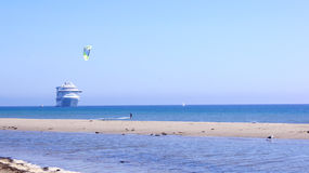 SANTA BARBARA, CALIFORNIA, los E.E.U.U. - 8 de octubre de 2014: playa de Leadbetter de la ciudad con un trazador de líneas de la  Imagenes de archivo