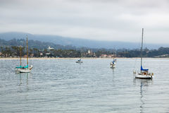 SANTA BARBARA, CALIFORNIA/USA - 10 AGOSTO: Yacht ancorati fuori Fotografia Stock