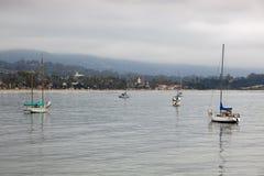 SANTA BARBARA, CALIFORNIA/USA - 10 AGOSTO: Yacht ancorati fuori Fotografia Stock Libera da Diritti