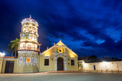 Santa Barbara Church en la noche Imágenes de archivo libres de regalías