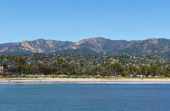 Santa Barbara Coastline com o Sant Ynez Mountains no fundo imagens de stock