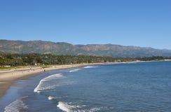 Santa Barbara Coastline com o Sant Ynez Mountains no fundo imagem de stock