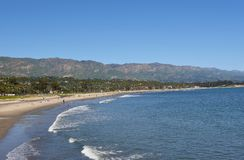 Santa Barbara Coastline con il Sant Ynez Mountains nei precedenti immagine stock