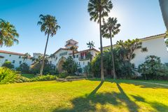 Santa Barbara-gerechtsgebouw onder een glanzende zon royalty-vrije stock foto's