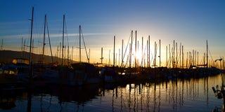 Santa Barbara Harbor med yachtfartyg Arkivfoto