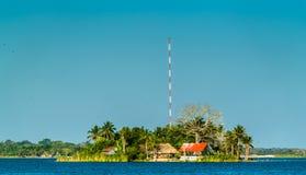 Santa Barbara Island op Meer Peten Itza, Guatemala stock afbeeldingen