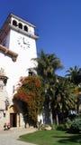 SANTA BARBARA KALIFORNIEN, USA - OKTOBER 8th, 2014: Historisk ståndsmässig domstolsbyggnad i soliga sydliga CA Royaltyfri Bild