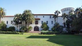 SANTA BARBARA KALIFORNIEN, USA - OKTOBER 8th, 2014: Historisk ståndsmässig domstolsbyggnad i soliga sydliga CA Arkivfoto