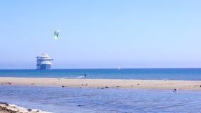 SANTA BARBARA KALIFORNIEN, USA - OKTOBER 8th, 2014: stadsLeadbetter strand med en kryssningeyeliner Arkivbilder