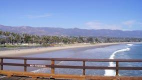 SANTA BARBARA, la CALIFORNIE, Etats-Unis - 8 octobre 2014 : Vue des palmiers sur le rivage et des montagnes du quai du ` s de Ste Images stock