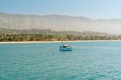 Santa Barbara Seashore przy rankiem Piękna plaża z drzewkami palmowymi i górami na horyzoncie, obrazy stock
