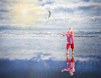 Santa Bawić się Na plaży Zdjęcia Stock